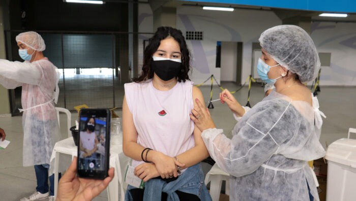 Suspender vacinação dos adolescentes prejudica imunização no Brasil?