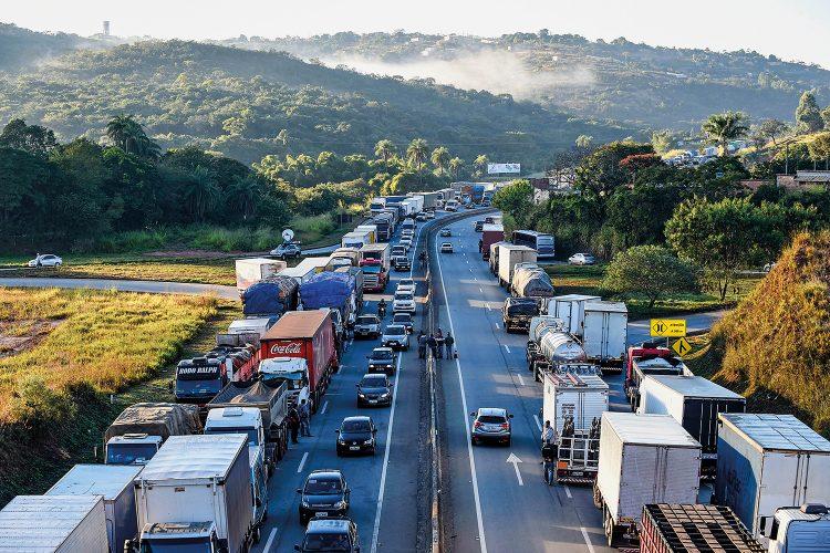 Após caos na greve dos caminhoneiros, Bolsonaro faz apelo aos profissionais