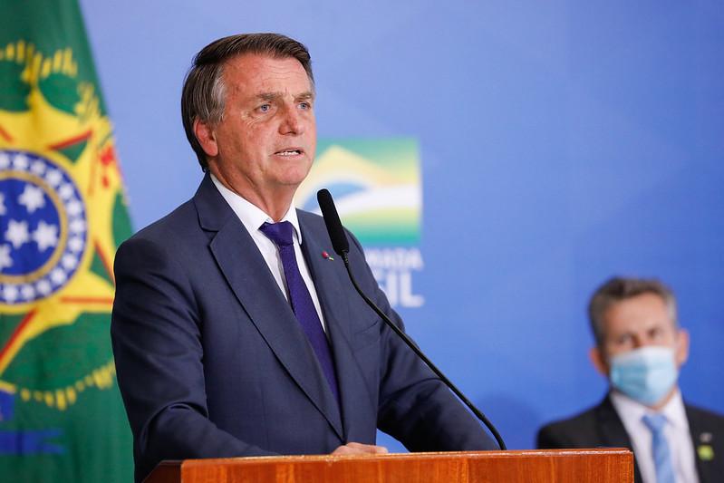 Bolsonaro diz que saúde e educação serão prejudicadas com liberação de absorventes grátis (Imagem: Gazeta do Povo)