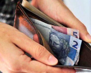 No Brasil, 30 milhões de brasileiros ganham até um salário mínimo; o que dá pra comprar?