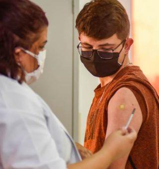 Vacinação de adolescentes avança no Brasil; capitais imunizam quem tem 12 anos
