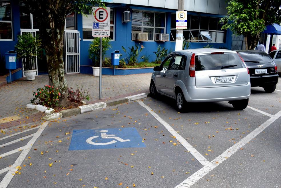 Acompanhantes de idosos terão direito de emitir cartão de estacionamento
