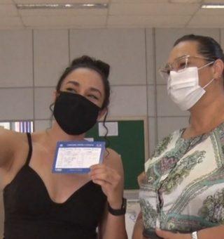 Cuidado! Fazer selfie com cartão de vacinação pode custar muito caro